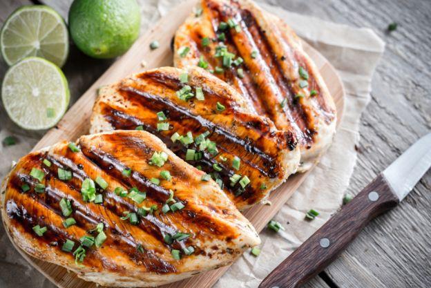 Recette de poitrines de poulet grillées à la sauce sucré et piquante
