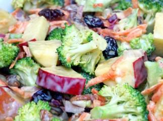 Salade crémeuse de pommes et brocoli