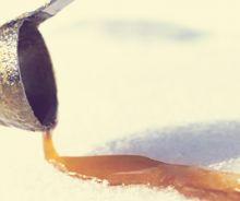 Tire d'érable sur la neige maison