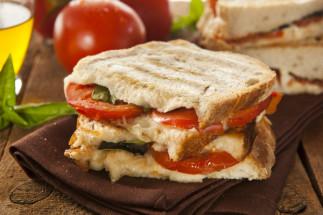 Panini maison au jambon, tomates et mozzarella