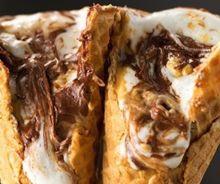 Cornet de guimauve et de chocolat sur la braise