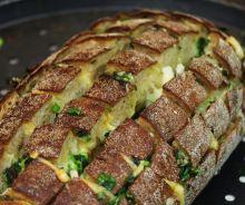 Miche de pain fourrée au fromage et à l'ail