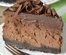 Gâteau au fromage triple-chocolat avec une croûte Oréo
