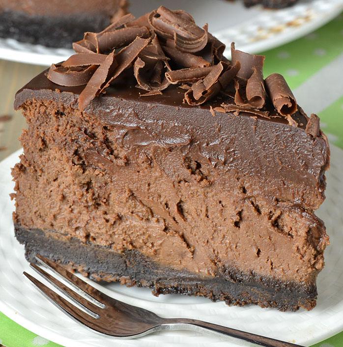 Recette facile de gâteau au fromage triple-chocolat avec une croûte Oréo