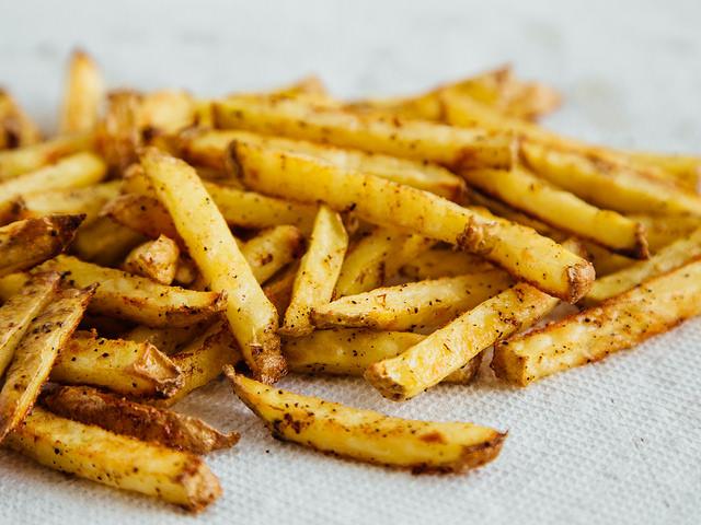 Recette facile de frites cajun maison sans friteuse - Cuiseur frites sans huile ...