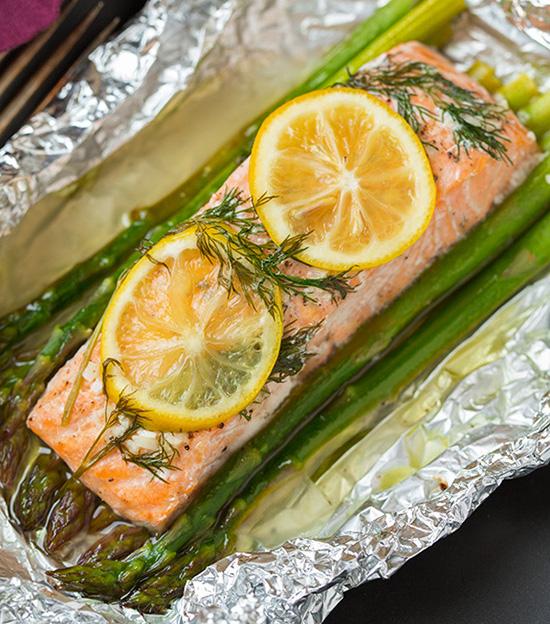 Recette facile de saumon et asperges dans un papier d'aluminium!