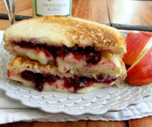Grilled cheese au brie, pommes et canneberges