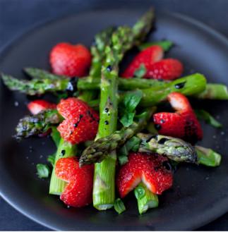 Asperges aux fraises balsamiques
