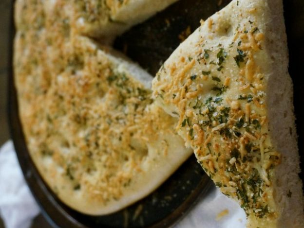 Recette facile de pain focaccia à l'ail et au fromage!