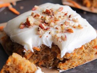 Gâteau à la patate douce avec un glaçage aux guimauves