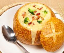 Soupe brocoli cheddar et bacon dans un bol en pain