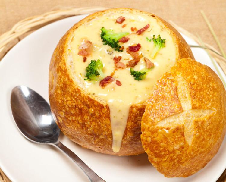 Recette facile de soupe brocoli cheddar et bacon dans un bol en pain
