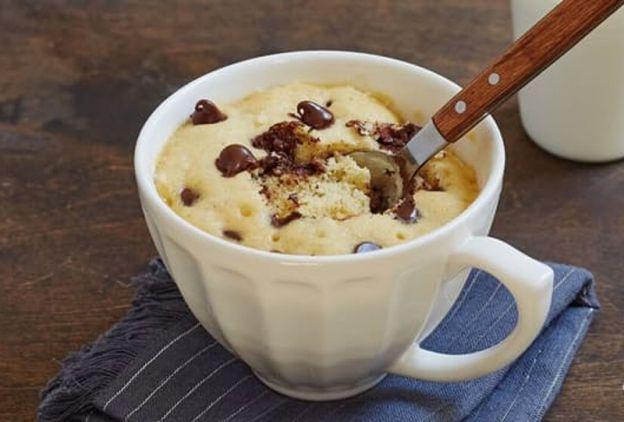 Recette facile pour un gros biscuit aux pépites de chocolat dans une tasse