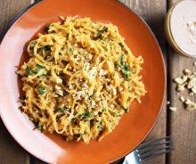 Courge spaghetti à la sauce thaïlandaise aux arachides
