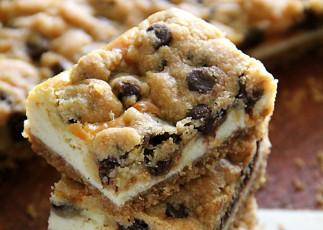 Barres de gâteaux au fromage à la pâte à biscuits