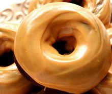 Beignes au chocolat et glaçage au beurre d'arachides