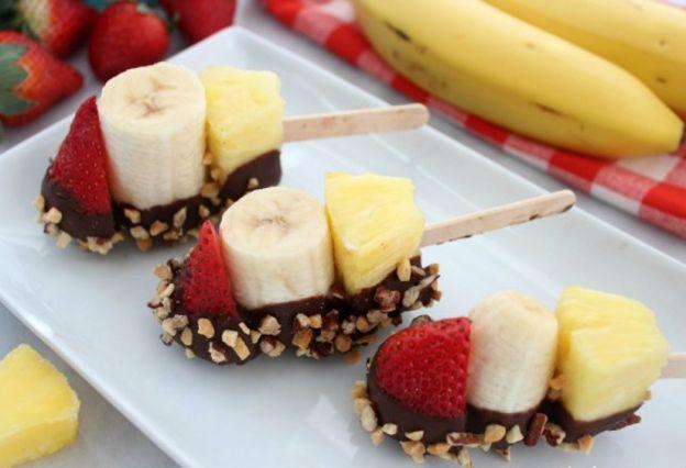 Recette facile de brochettes de fruits au chocolat et arachides