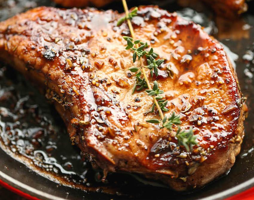 Recette de c telettes de porc caram lis es dans une sauce - Cuisiner plat de cote ...