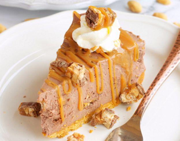Recette facile de gâteau au fromage à la Snickers (sans cuisson)