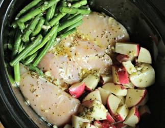 Poulet, patates et fèves vertes dans la mijoteuse