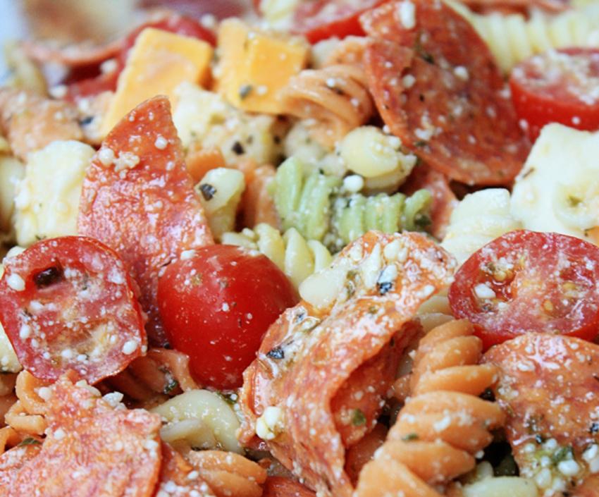 Recette facile de salade de pâtes à la pizza!