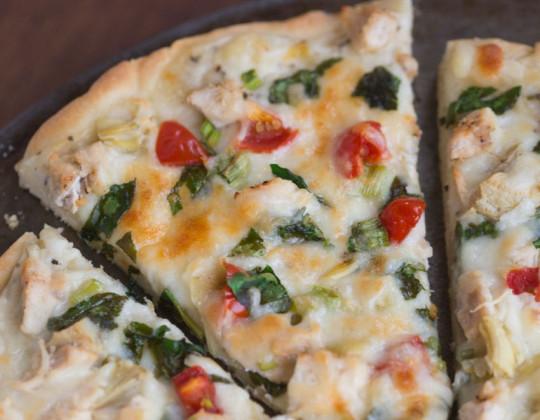 Recette facile de Pizza au poulet et légumes avec une sauce blanche à l'ail