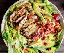 Salade au poulet, avocat et bacon avec une vinaigrette