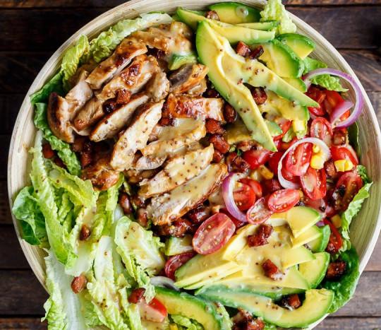 Recette facile de salade au poulet, avocat et bacon avec une vinaigrette