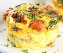 Muffins aux oeufs, chou kale et champignons