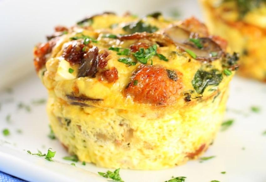 Recette facile de muffins aux oeufs, chou kale et champignons