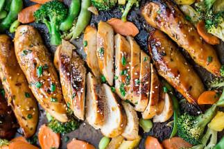 Poulet teriyaki et légumes sur une plaque à cuisson