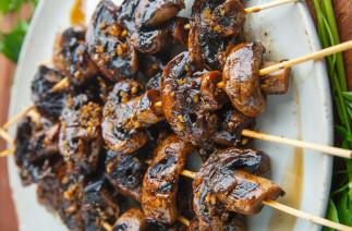 Brochettes de champignons à l'ail et balsamique sur le BBQ!