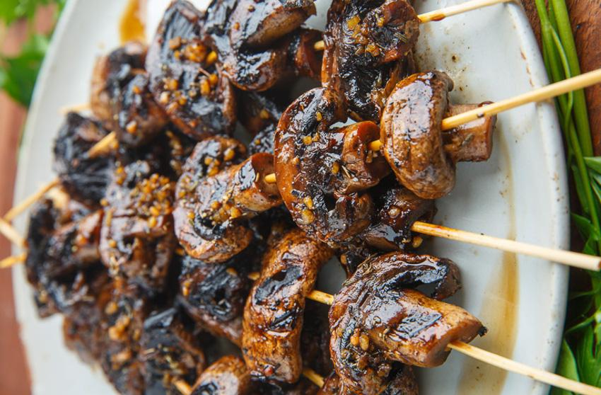 Recette de brochettes de champignons à l'ail et au vinaigrette balsamique sur le BBQ!
