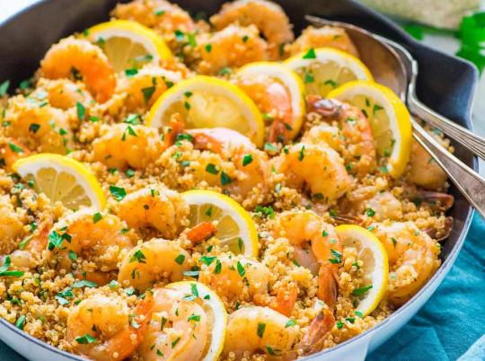 Recette facile de casserole de quinoa aux crevettes et à l'ail!