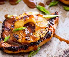 Côtelettes de porc hawaïennes sur le BBQ