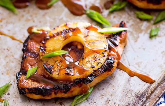 Recette facile de côtelettes de porc hawaïennes sur le BBQ!