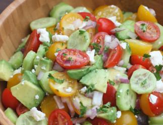 Salade de tomates, concombre et avocat