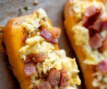 Bateaux déjeuner aux œufs, bacon et fromage