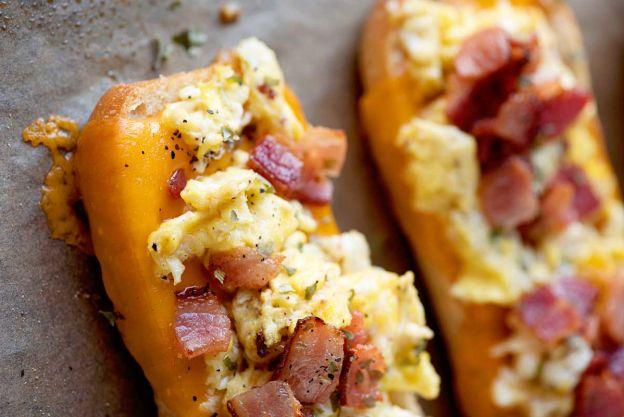 Recette facile de bateaux déjeuner aux œufs, bacon et fromage!