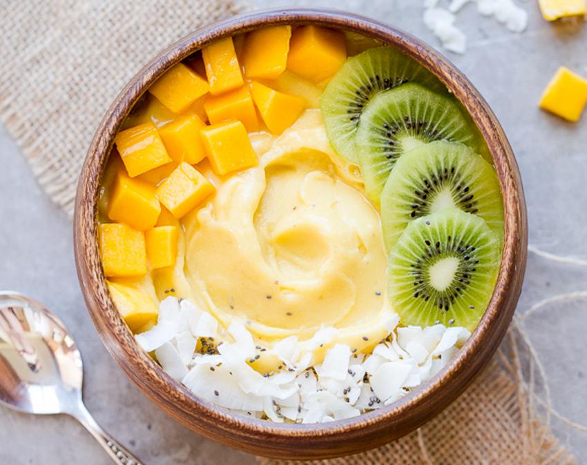 Recette facile de bol de smoothie aux kiwis, mangues et ananas!