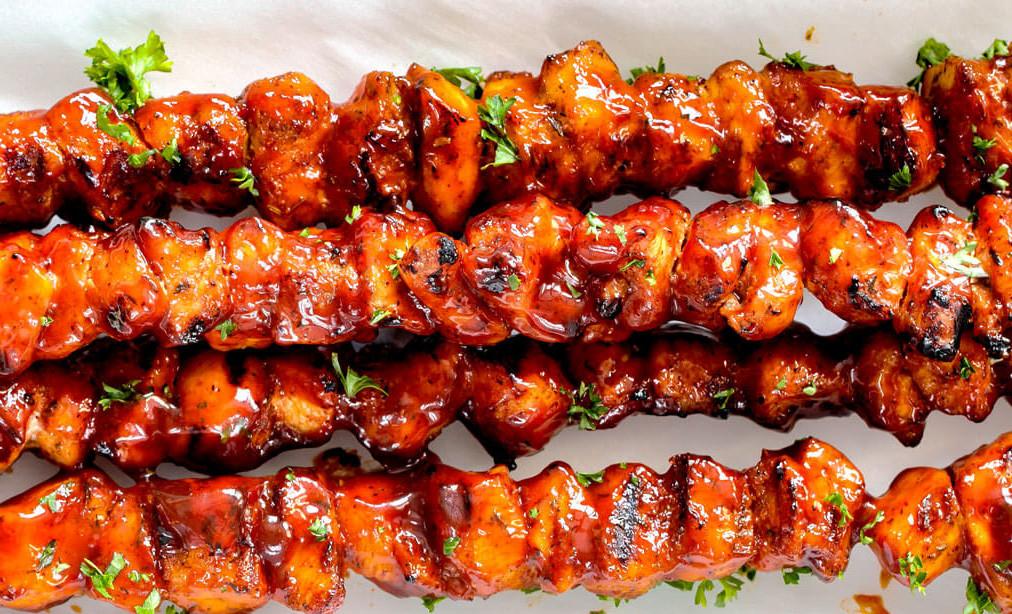 Recette facile de brochettes de poulet à la sauce BBQ!