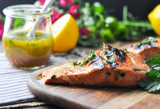 Recette facile de marinade de saumon à l'ail et aux herbes