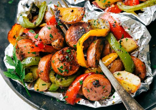 La recette facile de papillotes de saucisses italiennes et de légumes!