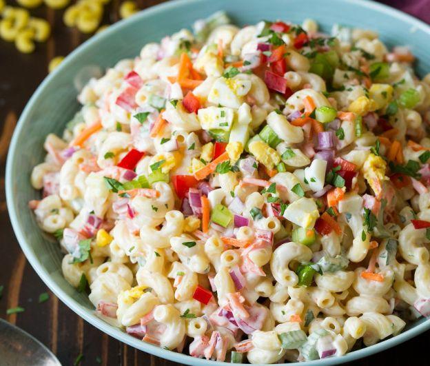 Salade de macaronis très colorée