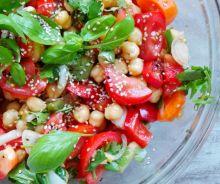 Salade santé aux tomate, basilic et pois chiches