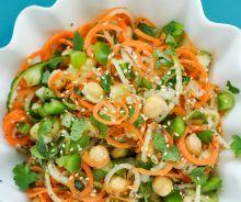 Salade thaïlandaise de nouilles de carottes et concombres