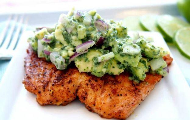 Recette facile de saumon grillé avec une salsa d'avocat!