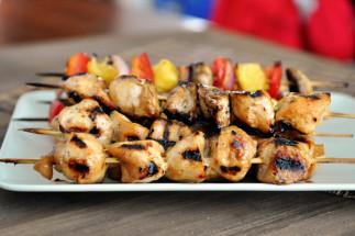 La recette facile de brochettes de poulet au miel sur le barbecue!