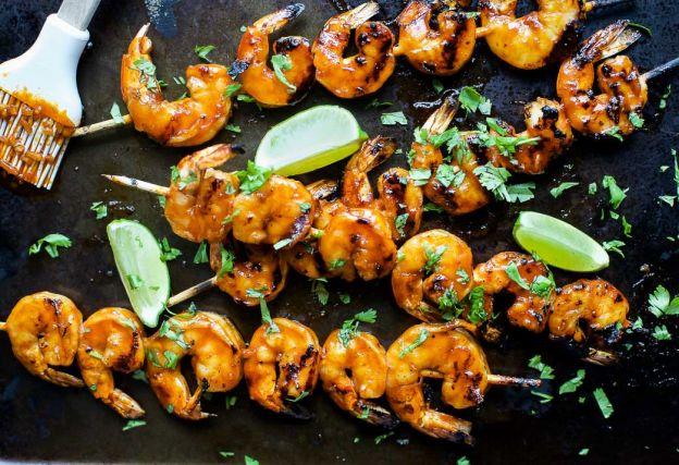 La recette facile de crevettes au miel et à la Sriracha (Sur le BBQ!)