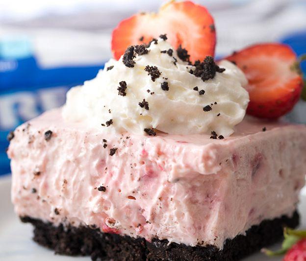 Recette facile de gâteau au fromage aux fraises et biscuits Oréo